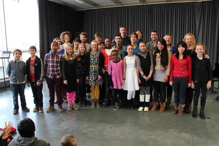 Kinderen van het zesde leerjaar Mater Dei Leuven, met hun juf, met de moni's en de coördinator van De Veerman, met de zangers en zangeressen van Psallentes, in het conservatorium Leuven