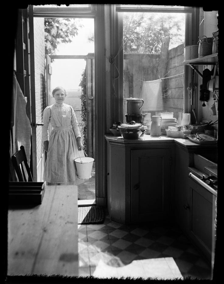 Dienstbode Mina Montanus in de keuken, Leiden (1914). Foto: Katherina Behrend. Bron: www.geheugenvannederland.nl