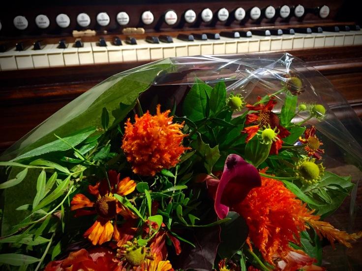 Het harmonium van Joris Verdin verdient een bloemetje. Foto Hendrik Vanden Abeele